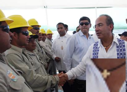 Calderón portando una cruz al fungir como jefe de Estado
